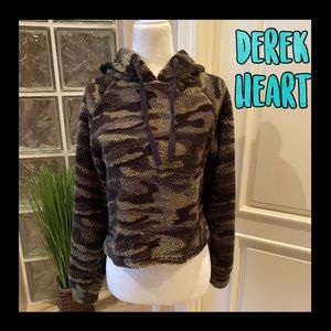 ❤️MARKDOWN❤️Soft fuzzy Derek Heart camo hooded top